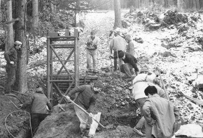 1974 – budování háčkového vleku. Na fotografii práce u spodní hnací stanice. Vlek poháněl 4 kW el. motor s dopravní rychlostí 1,36 m/s. Lano bylo podpíráno na čtyřech sloupech. Foto: Archiv lyžařského oddílu