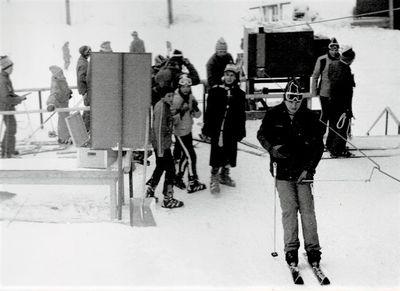 1980 – u spodní stanice vleku. Ačkoliv háčkové vleky vycházejí z lesních lanovek byly v oblasti jižních Čech velmi rozšířené, zde se jako závěs používaly vedle obvyklých háčků z kulatiny také odlévané kotvy, tzv. zvratky, které byly dominantou hlavně Zlínského kraje. Foto: Archiv lyžařského oddílu