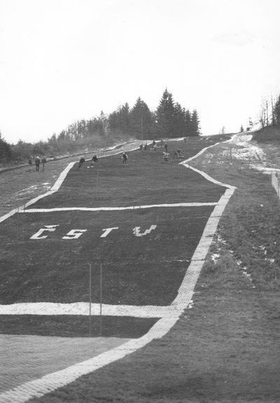 1982 – v prosinci byl zahájen provoz na novém umělohmotném povrchu. Foto: Archiv lyžařského oddílu