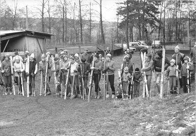 1982 – v prosinci proběhly první závody na umělé hmotě v obřím slalomu. Foto: Archiv lyžařského oddílu