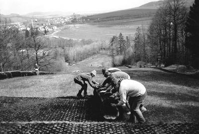 1991- každoroční jarní rolování hmoty. Foto: Archiv lyžařského oddílu