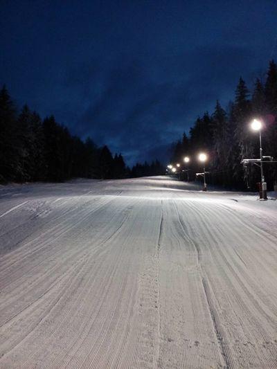 2019 – připravený svah na noční lyžování. Foto: https://www.facebook.com/skiarealnyrsko.cz